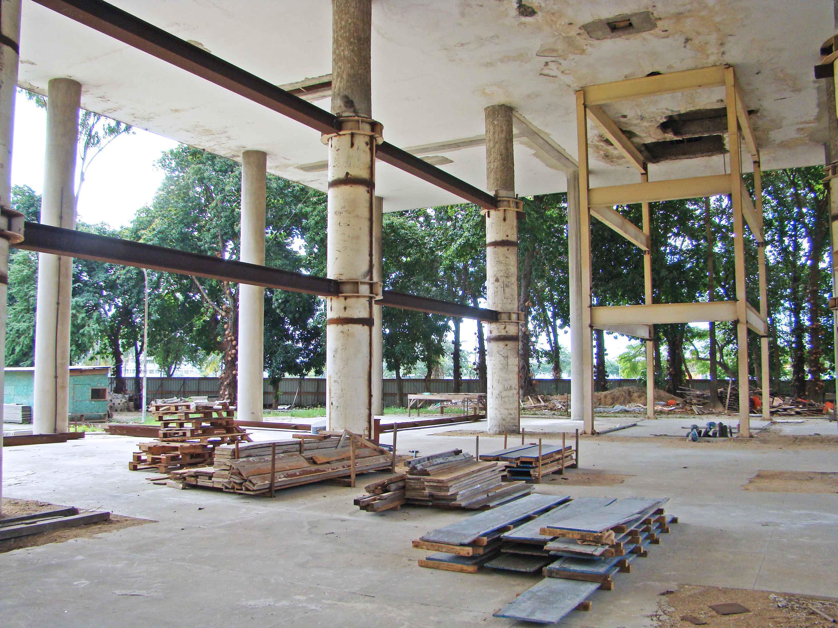 Canteiro de obras com a plataforma e a instalação das vigas metálicas e encamisamento dos pilares