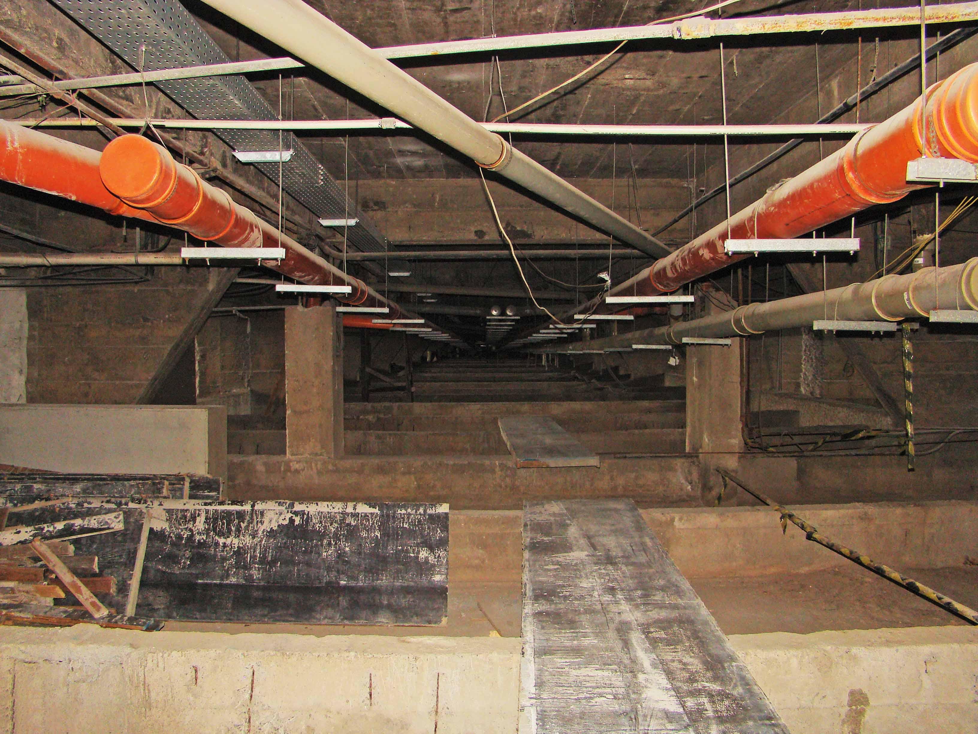 Vista panorâmica das novas tubulações do pavimento técnico